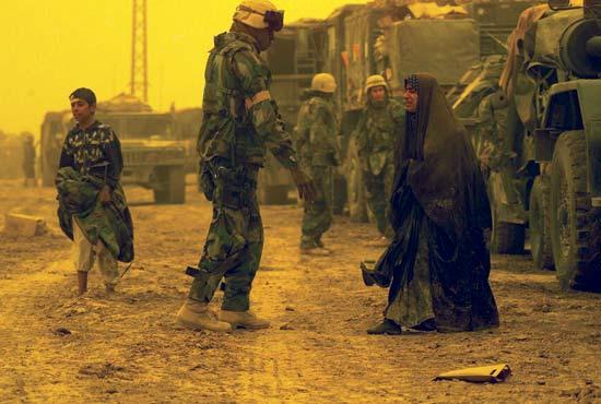 art-photo-war-irak-soldier-women-pleading