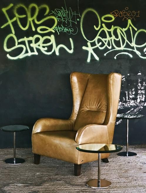 interior-paola-navone-graffiti-black-wall