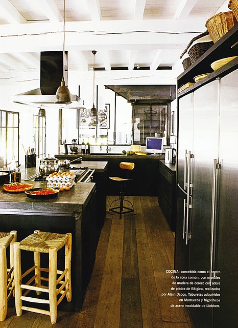 interior-kitchen-island-cooktop-central-hood-mirror-wal